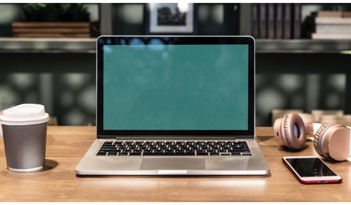 pc et mobile posé sur un bureau