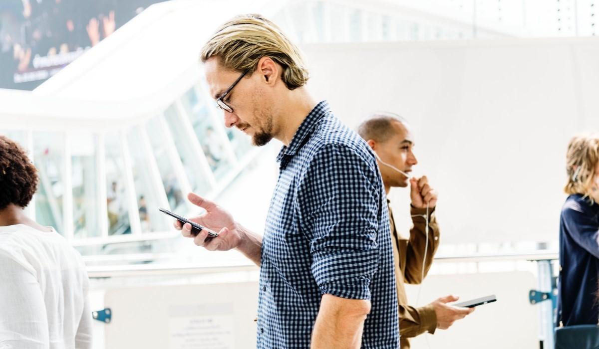 Deux hommes qui surfent sur leur smartphone