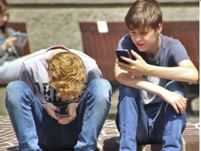 personnes qui surfent sur son smartphone