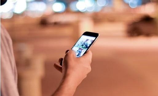 personne qui regarde son mobile