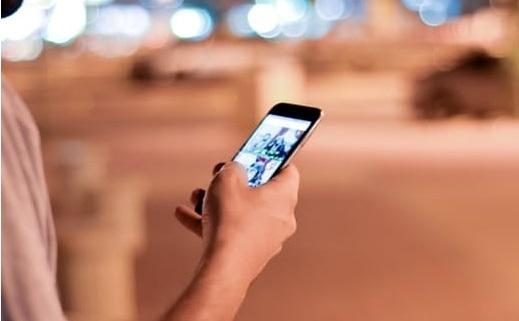 personne qui utilise son smartphone