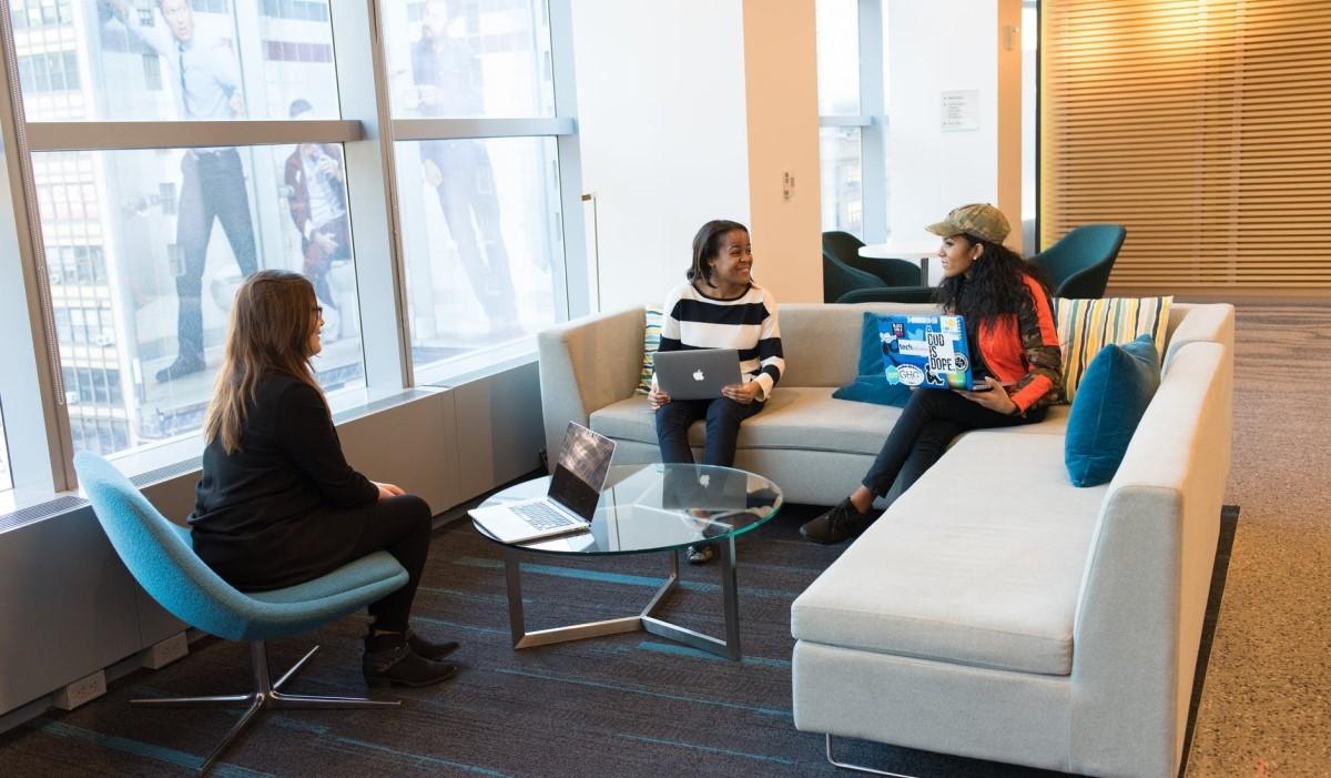des jeunes étudiantes assises avec leur pc