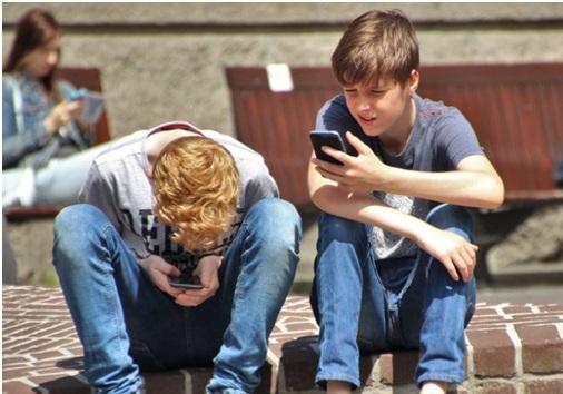 jeunes ados qui utilisent leurs mobiles