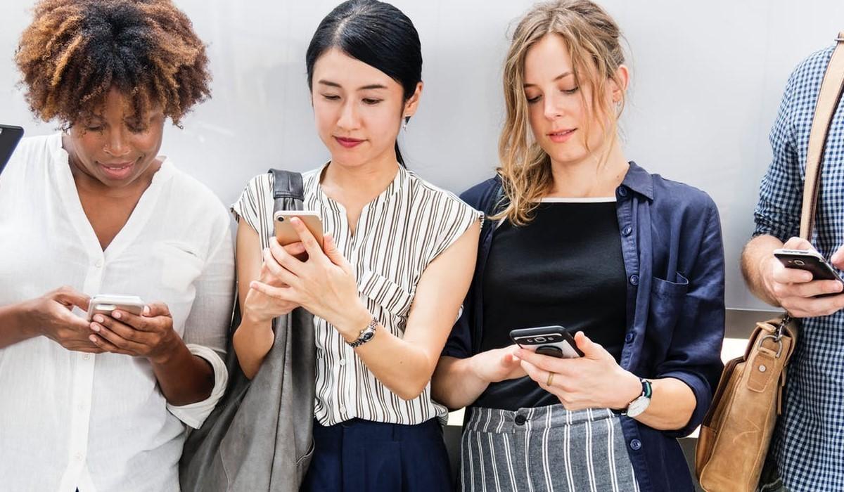 jeunes connectés avec leur smartphone