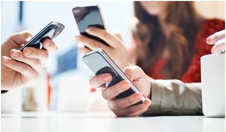 trois personnes qui utilisent leur smartphone