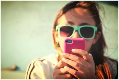 femme lunette de soleil avec smartphone