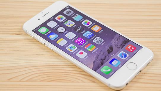 iPhone sur une table en bois