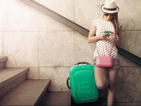 personne qui  voyage avec sa valise verte