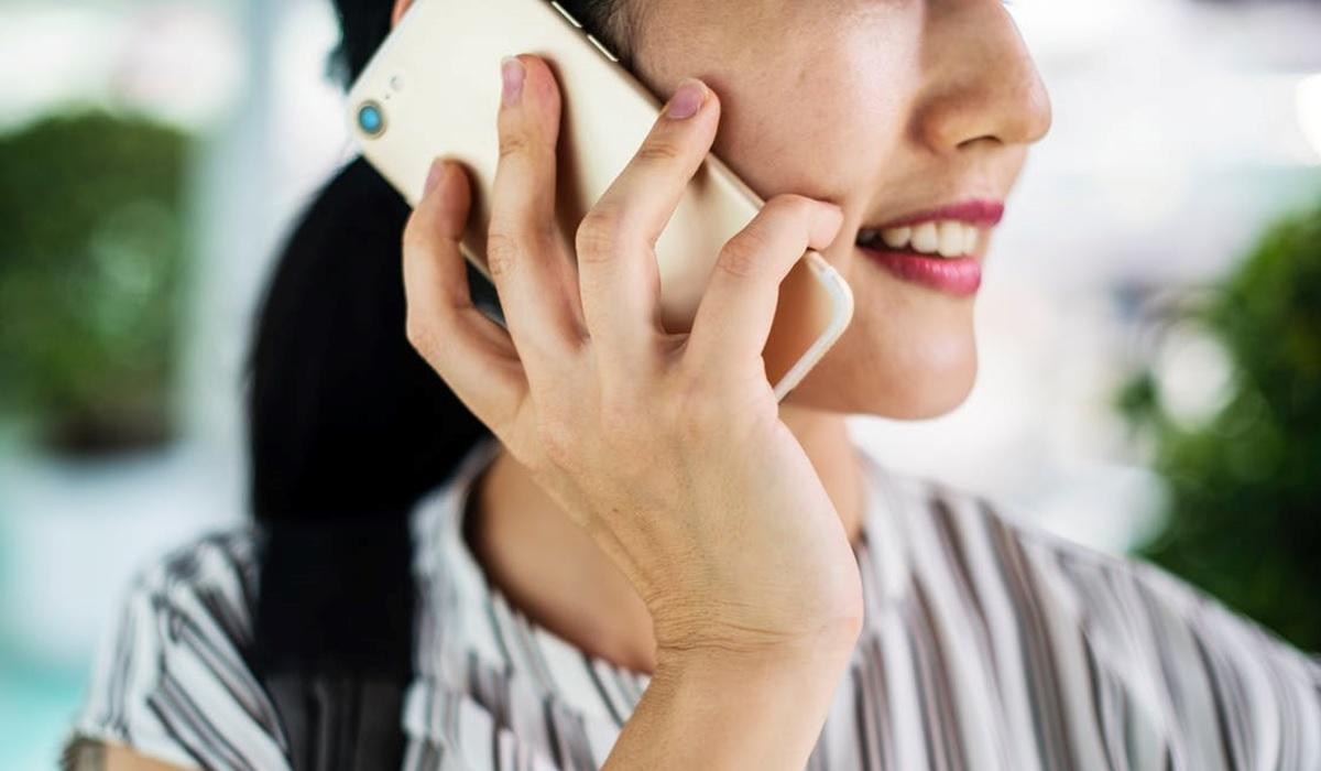 une femme qui est au téléphone