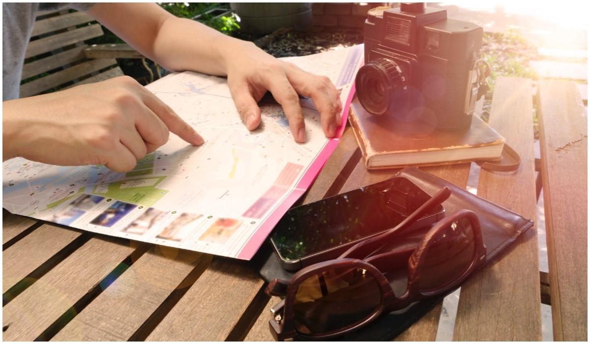 personne qui utilise son smartphone en voyage