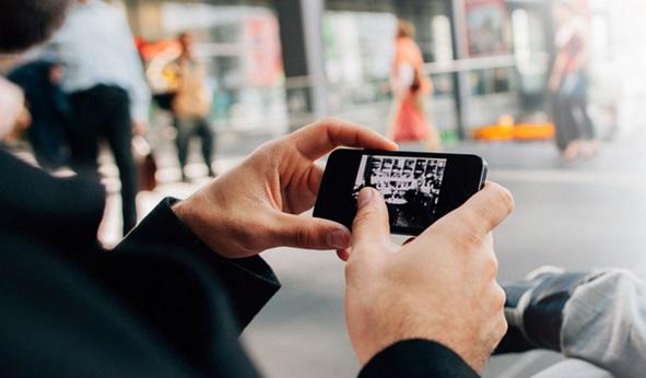 une personne qui surf sur internet via son smartphone
