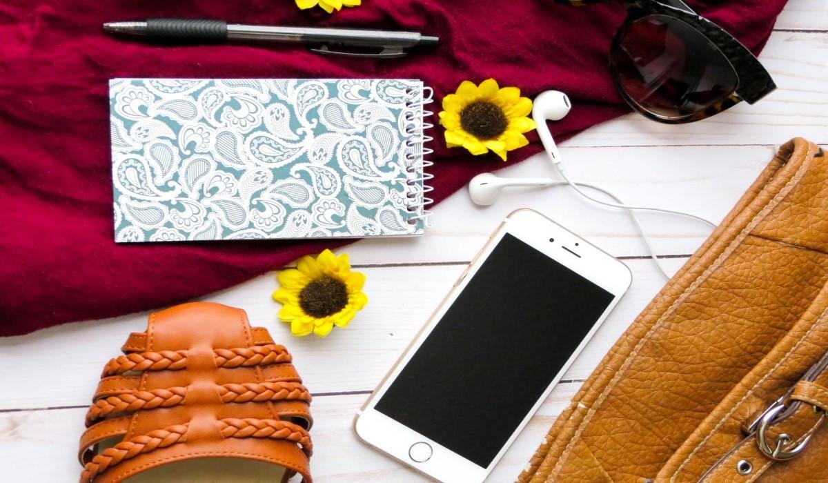 smartphone entouré d'accessoires pour les vacances