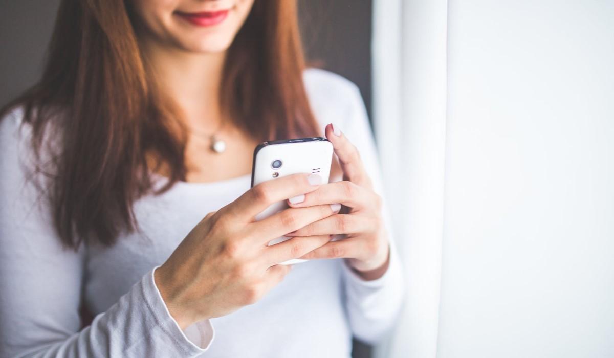 femme qui surf sur son smartphone