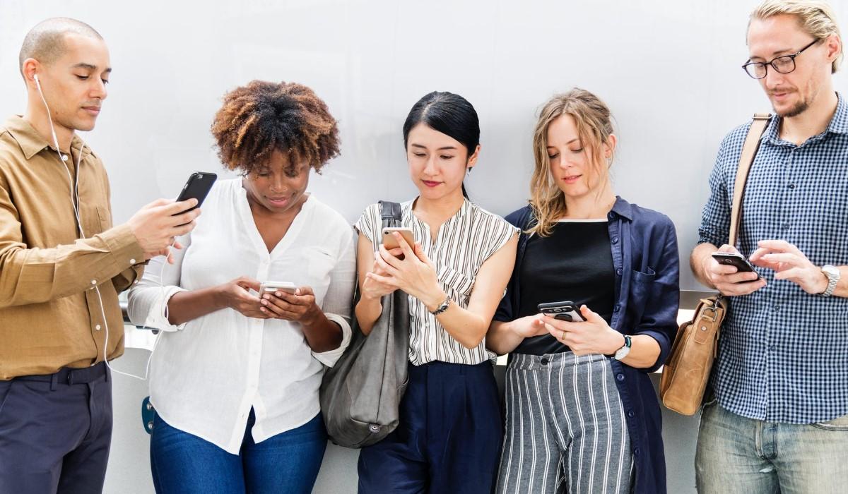 cinq personnes connectés à leur smartphone