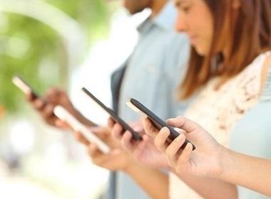 quatre personnes qui surfent sur leurs smartphones