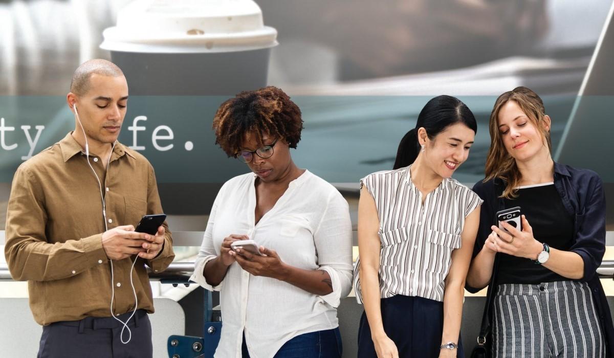 plusieurs personnes connectes à leur smartphone