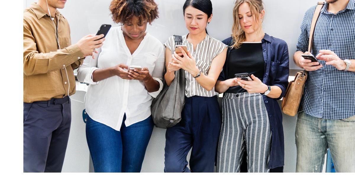 5 personnes connectés sur leur smartphone