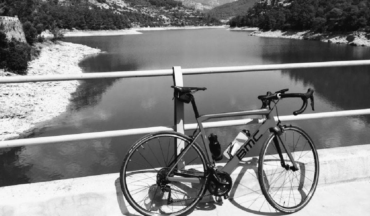 vélo de course posé sur un pont