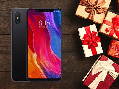 Le Xiaomi Mi 8 de face et de dos avec des cadeaux